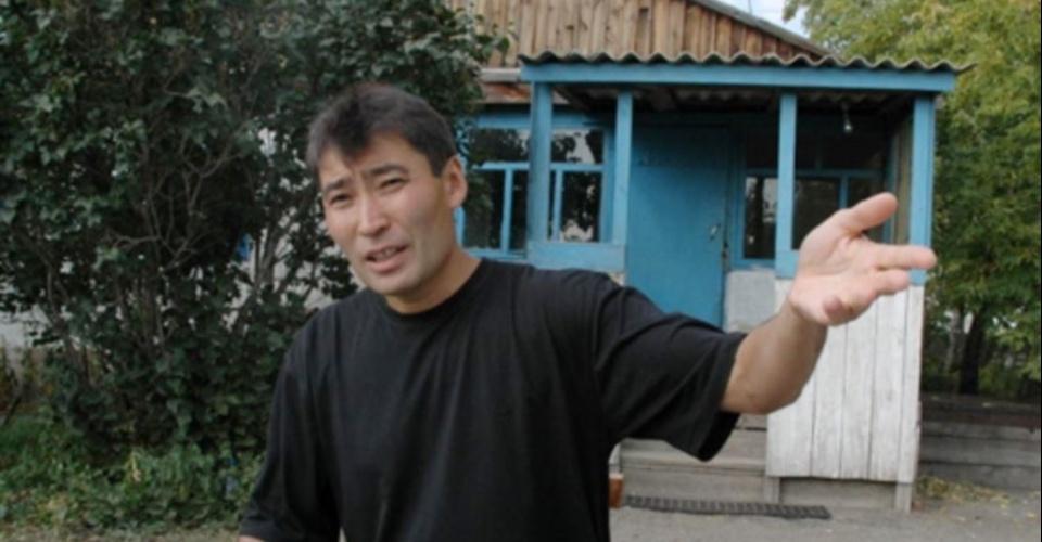 Ǵalymjan Jaqııanov Pavlodar oblysyndaǵy kolonııada, osy aýyldaǵy jeke úıde turýǵa ruqsat etilgennen keıingi sýret. 19 qyrkúıek, 2004 jyl. azattyq.org saıtynan