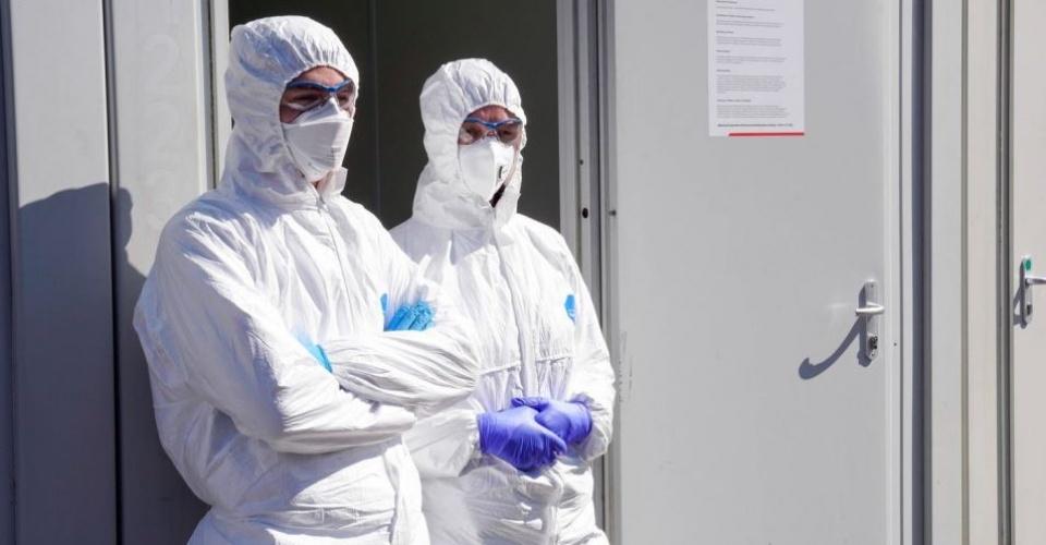 Dortmund, 31.3.2020: Am Klinikum Nord in Dortmund gibt es seit Samstag 21.3.2020 ein Corona-Testzentrum der Kassenarztlichen Vereinigung. In Zelten und Containern konnen Menschen dort auf das Virus untersucht werden. Foto: Arzte und Mitarbeiter in